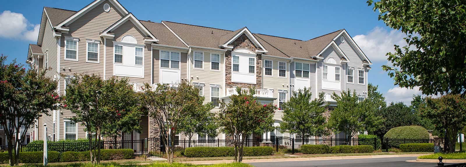 Building exterior of Broadlands, apartments in Virginia