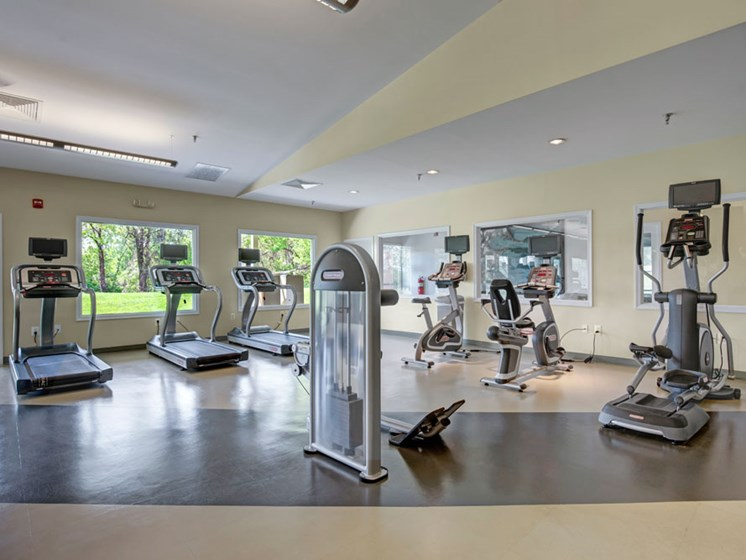 Apartment fitness center with weight machines and exercise equipment
