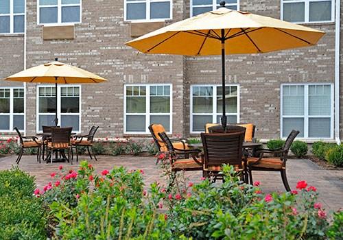 Outdoor Courtyard Seating at Rose Senior Living Clinton Township, Michigan
