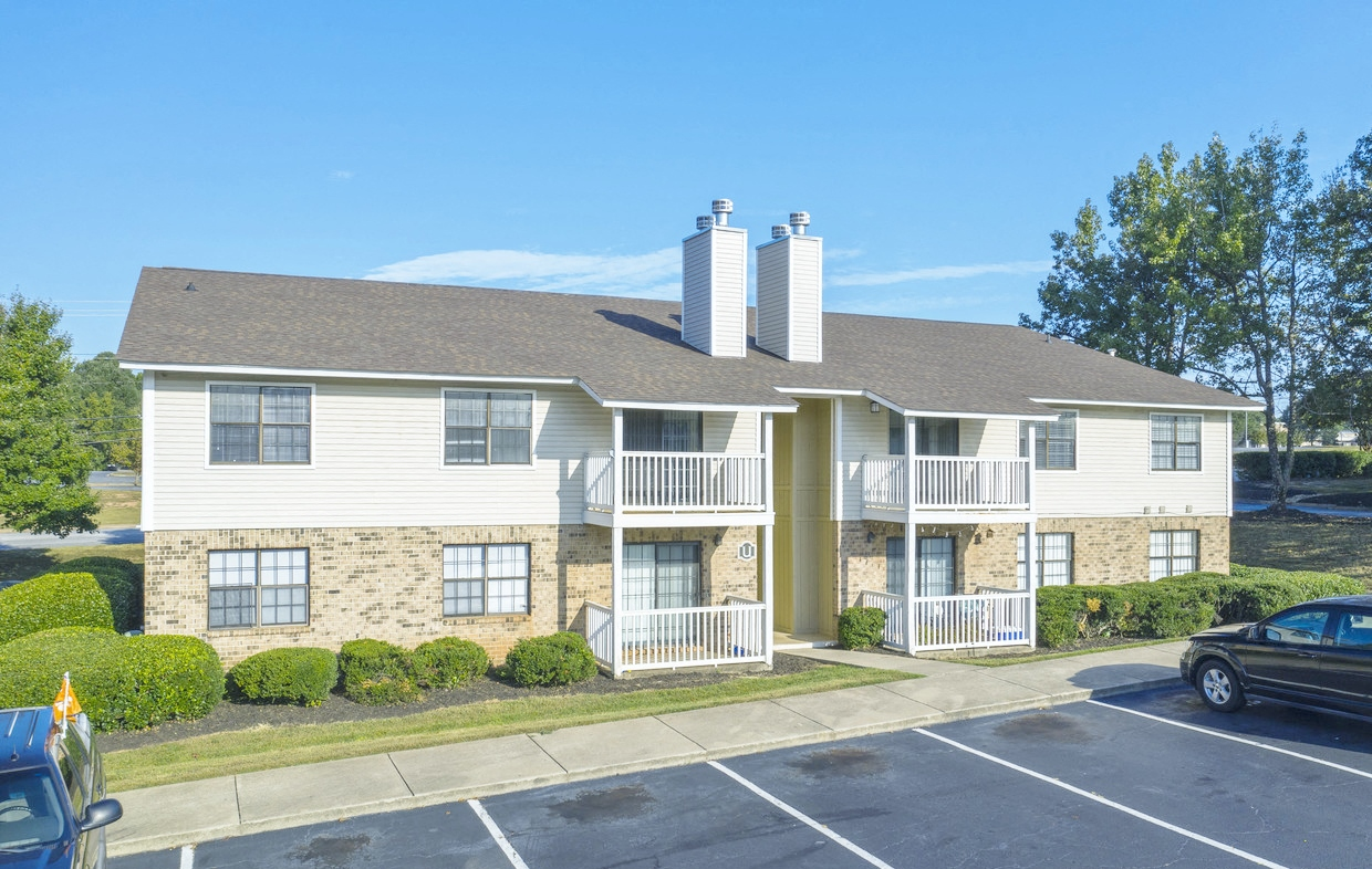 Exterior views of Chimneys of Greenville apartment homes in Taylors, SC