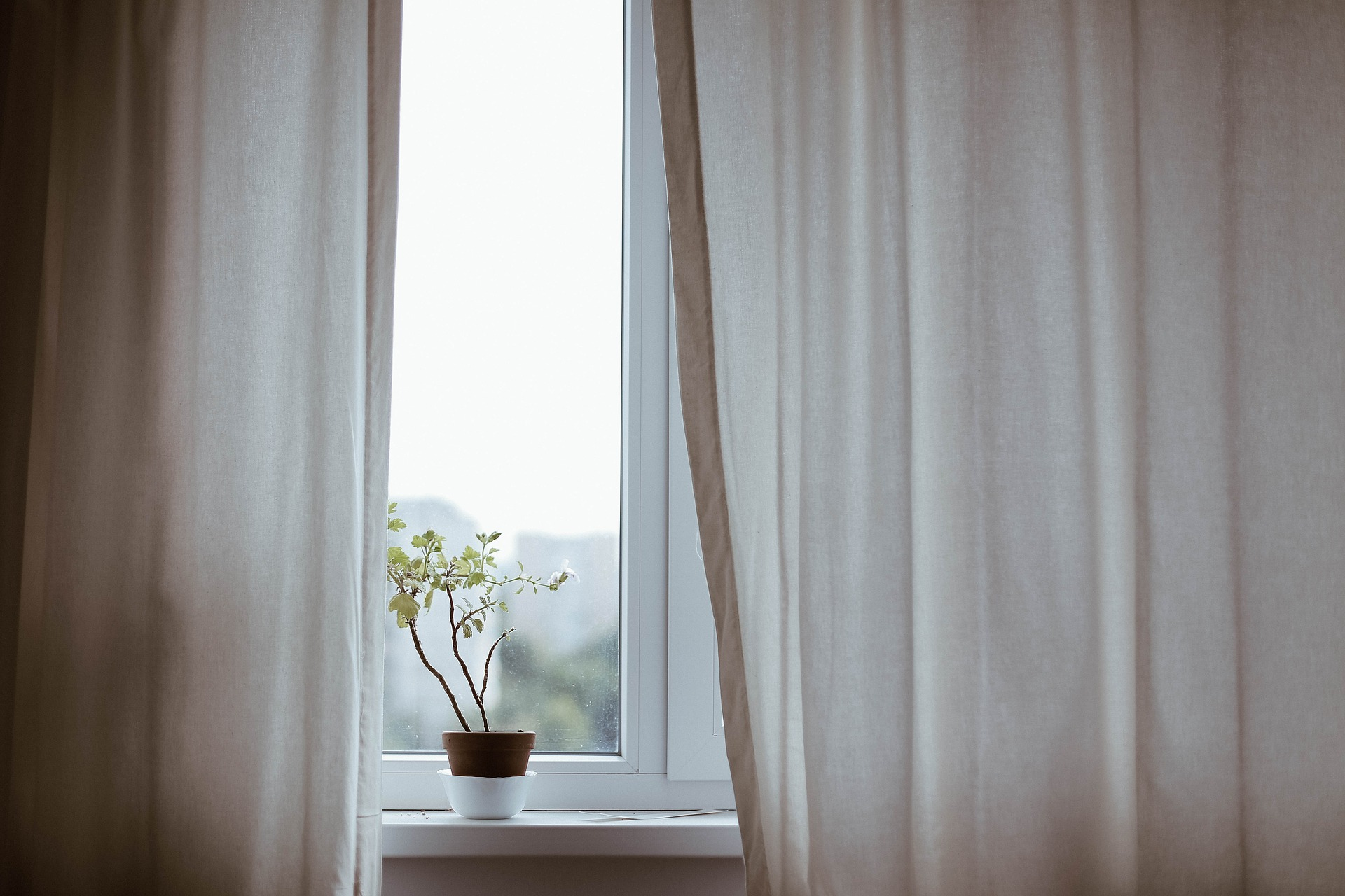 Chic Easy Window Treatment Ideas For Apartment Residents
