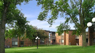 Emerald Court Apartments - Rental Complex in Iowa City, IA - Courtyard, Green Grass, Trees